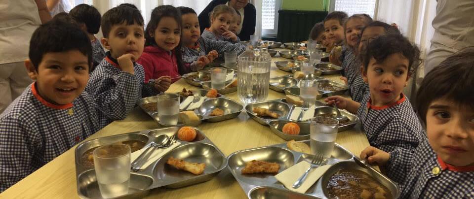 Niños comiendo en el comedor del colegio Raimundo Lulio