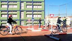 Niños montando en bici en circuito de Educación vial