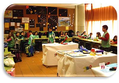 Grupo de niños primaria mostrando inventos realizados